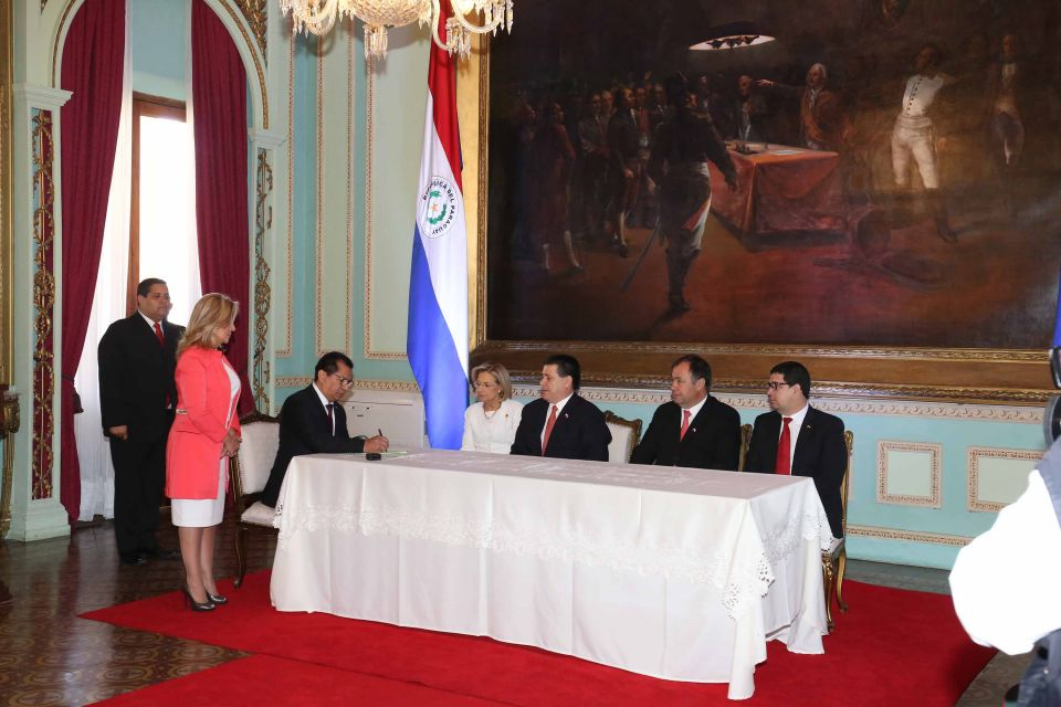 Titular de la corte en juramento de ministro del interior for Foto del ministro del interior