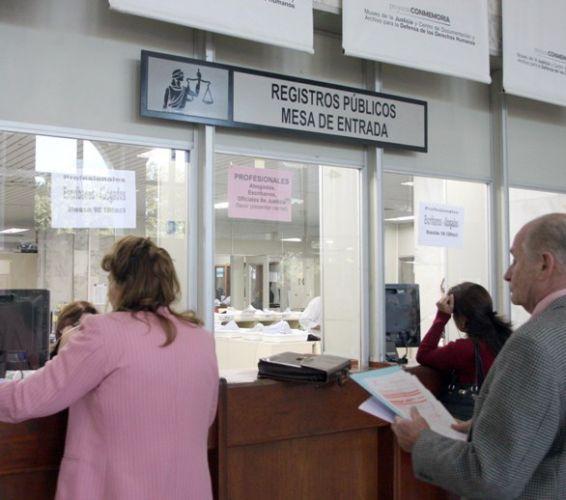 Instan a funcionarios de oficinas registrales a respetar for Oficina de correos horario de atencion al publico